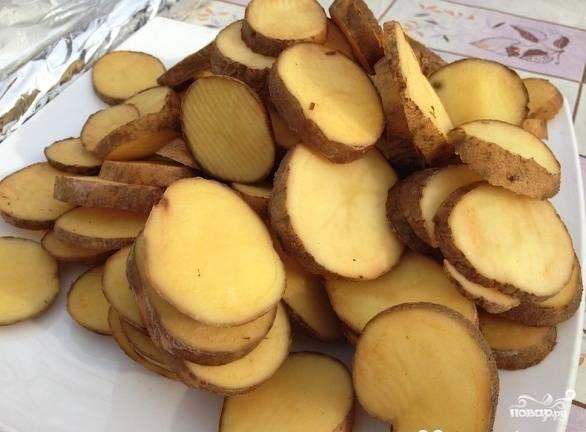 Картошку вымыть, не чистить, нарезать поперек довольно толстыми (1 сантиметр) кружочками.