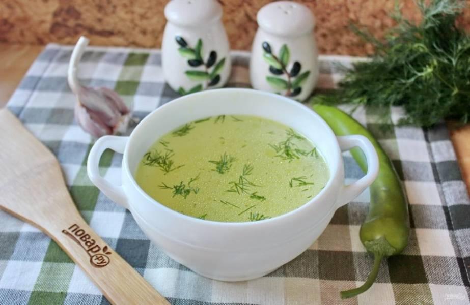 Куриный бульон при простуде готов. Добавьте в него нарезанную зелень и подавайте к столу.