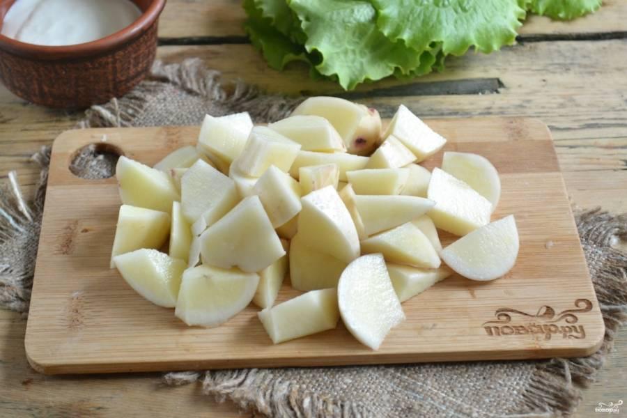 Картофель порежьте крупными кубиками, залейте мясным бульоном и поставьте на огонь. Когда закипит, уменьшите огонь. И пусть варится 15-20 минут.