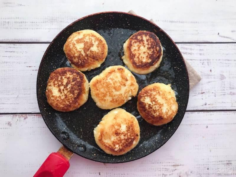 Обжарьте сырники с двух сторон до золотистого цвета.