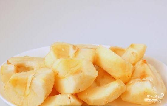 Яблоки помойте и очистите от кожуры, удалите у них сердцевину с семечками, нарежьте фрукты кусочками.
