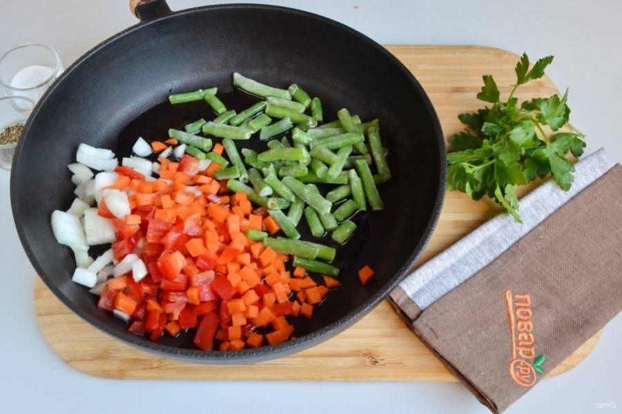 3. Влейте растительное масло, положите овощи и жарьте на среднем огне до полуготовности.