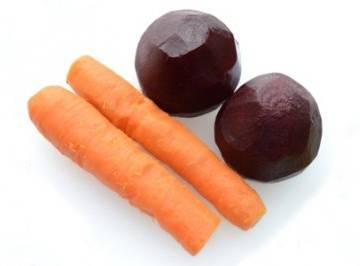 1.Отвариваем свёклу и морковь.