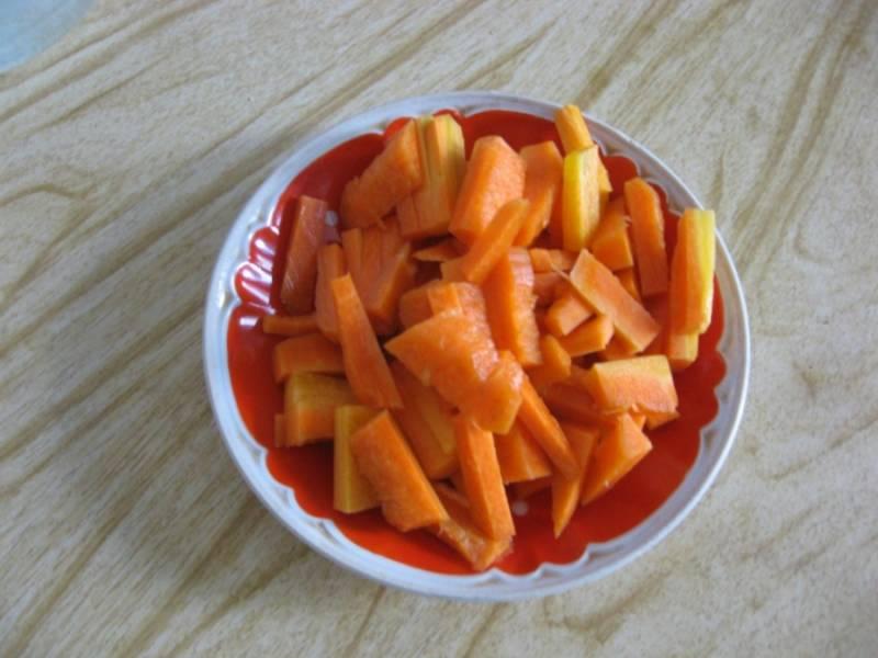 Для начала будем пассировать овощи. Режем морковку.