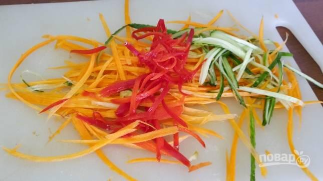 Затем нарезаем овощи тонкой соломкой.