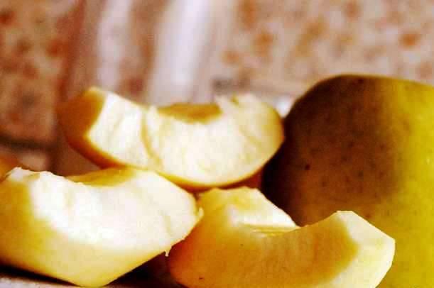 Очистите и порежьте яблоки.
