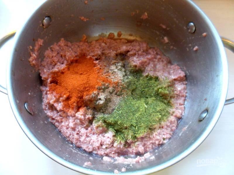 В фарш добавьте яйцо, петрушку, паприку, мускатный орех, тертый чеснок, соль. Все перемешайте.