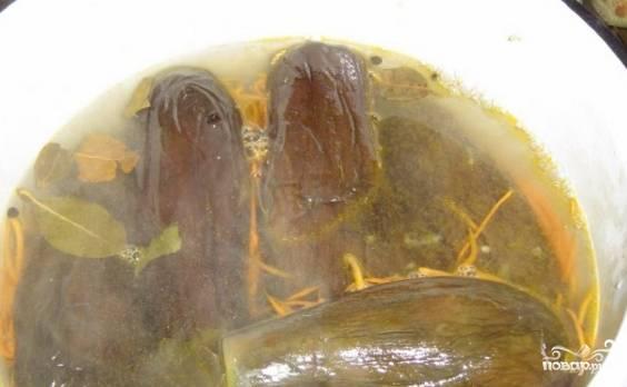 Прокипятите пару минут воду с лавровым листом, перцем душистым и солью. Полученным рассолом залейте баклажаны. Придавите их небольшим грузом, вынесите в холодное место. Там они будут бродить, а также храниться в дальнейшем.