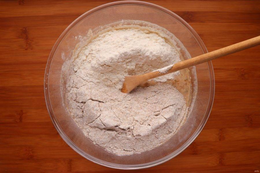 В последнюю очередь добавьте 165 г ржаной и 200 г пшеничной муки. Замесите липкое тесто, накройте пленкой и оставьте подходить в теплом месте без сквозняков на 2-3 часа.