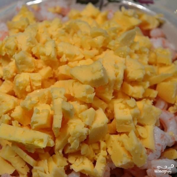 Сыр и вареные яйца натираем на крупной терке, добавляем к креветкам.