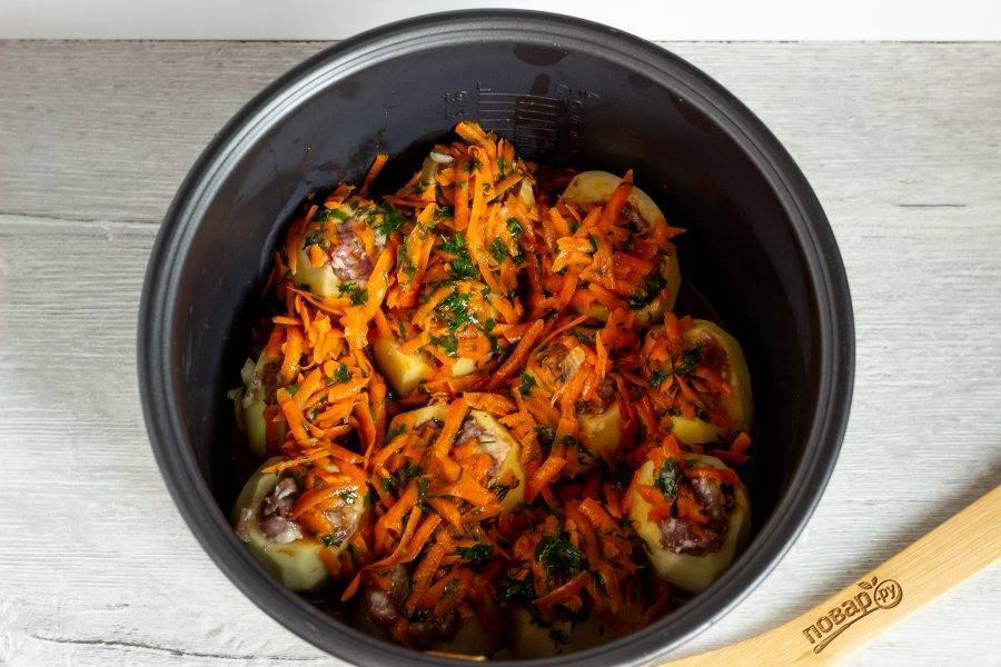 """На сковороде в растительном масле обжарьте тертую морковь, затем добавьте томатный соус и рубленную зелень, обжарьте помешивая 1 минуту. Затем влейте воду, потушите ещё 1-2 минуты и залейте поджаркой картофель. Мультиварку включите на режим """"Суп"""" или """"Выпечка"""" на 35-40 минут."""
