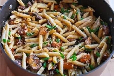 """9. Добавьте тыкву с грибами, еще раз перемешайте, посыпьте все зеленью. Вот такой несложный, но очень аппетитный вариант, как приготовить """"Барилла"""" макароны."""