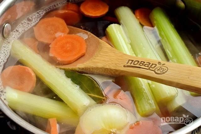 Закиньте овощи, лавровый лист и душистый перец в кипящую воду и варите в течение 15-20 минут до мягкости моркови и картофеля. Из бульона удалите сельдерей, лук, лавр и перец.