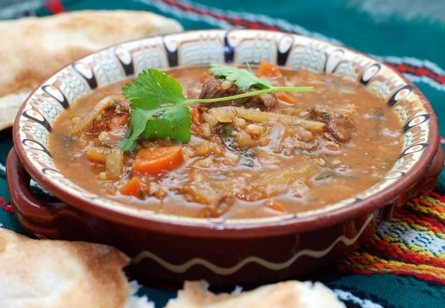 Добавляем специи - хмели-сунели, розмарин, лаврушку. Варим до готовности риса и овощей. Готовый суп с говядиной и рисом подаем пылу с жару. Приятного аппетита!