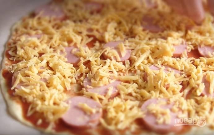 7. Сразу после приготовления первой пиццы отправьте в духовку вторую с другой начинкой из сосисок и грибов, покрытых сыром.