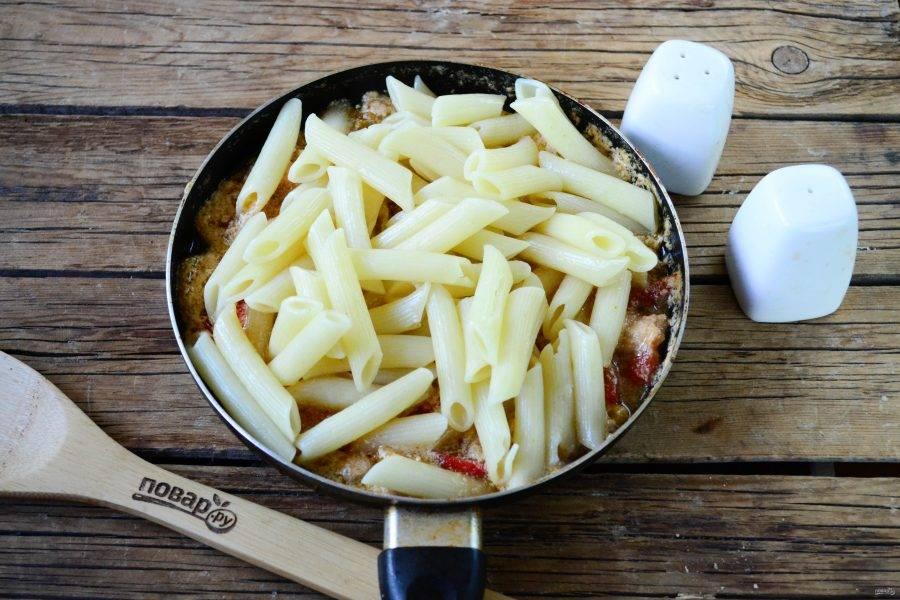 Теперь выложите в соус готовые макароны и перемешайте. По желанию макароны можно немного прогреть в соусе, а можно сразу снимать с огня и подавать.