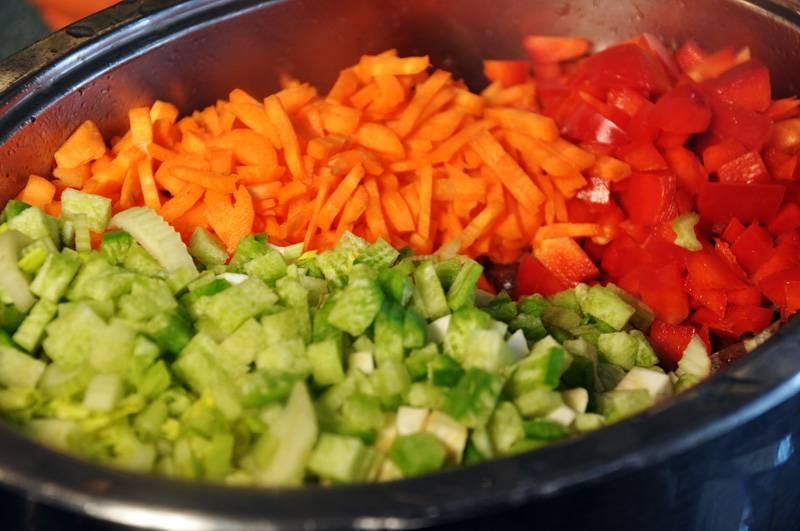 10. Тем временем можно заняться овощами. Морковь, перец, сельдерей и редьку очистить и нарезать небольшими кусочками.