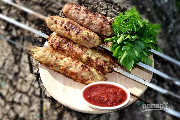 Люля-кебаб из свинины на шампурах - это сытно и очень вкусно. Приятного аппетита!