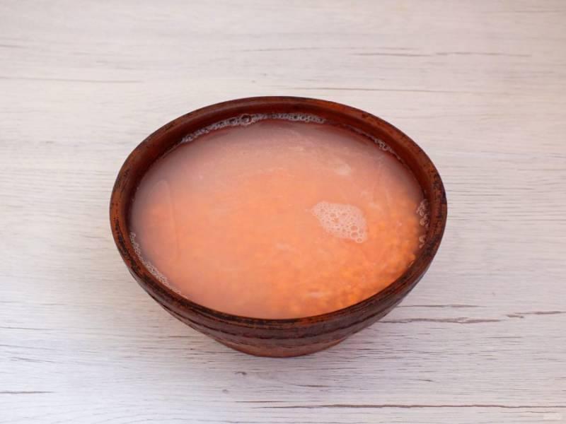 За 20 минут до готовности бульона, промойте чечевицу до прозрачной воды. Залейте холодной водой и оставьте до окончания приготовления бульона.