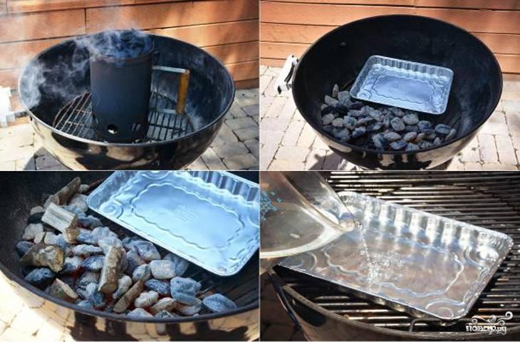 Подготовьте коптильню: разведите огонь, высыпьте угли. Температура внутри должна быть 250 градусов. Затем снизу решетки сгребите угли в одну сторону, установите емкость из фольги, налейте туда воду. Добавьте обязательно к углям щепу дубовую (или других лиственных пород деревьев).