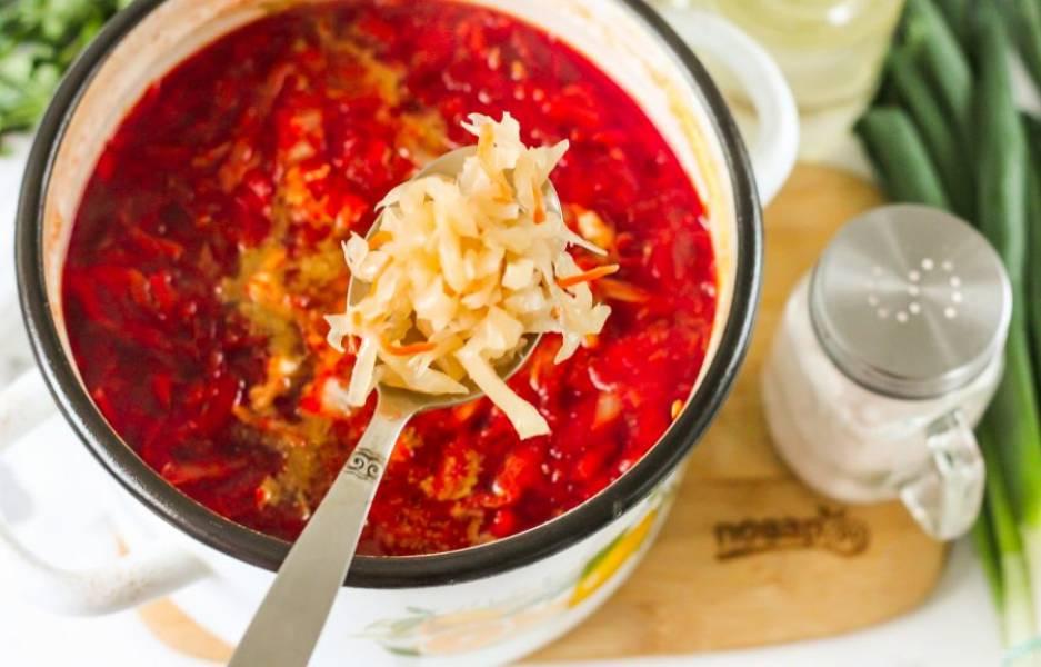 Промойте квашеную капусту, выложите ее в кастрюлю. Если она не кисловата на вкус, обязательно добавьте столовый уксус, иначе капуста вберет цвет блюда в себя, борщ станет не бордовым, а коричневым!