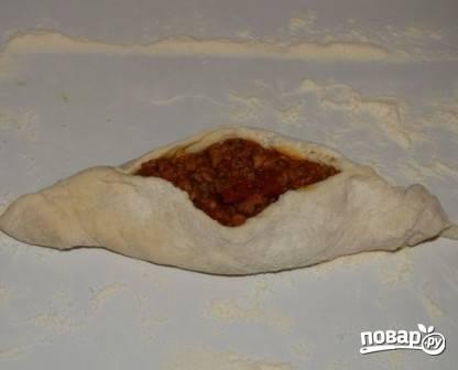 И формируем вот такой вот пирожок или мясную ватрушку. Можно делать четырехугольными. Можно оставлять открытыми, как пиццу.