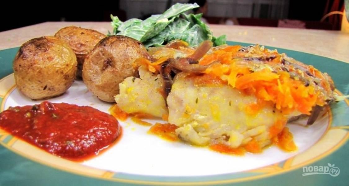 10.Подавайте рыбу с гарниром из овощей и томатным соусом.