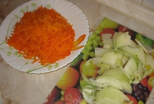 2. Пока рыба маринуется, займемся овощами. Нарезаем лук и натираем морковь, после чего отправляем овощи жариться на слабый огонь.