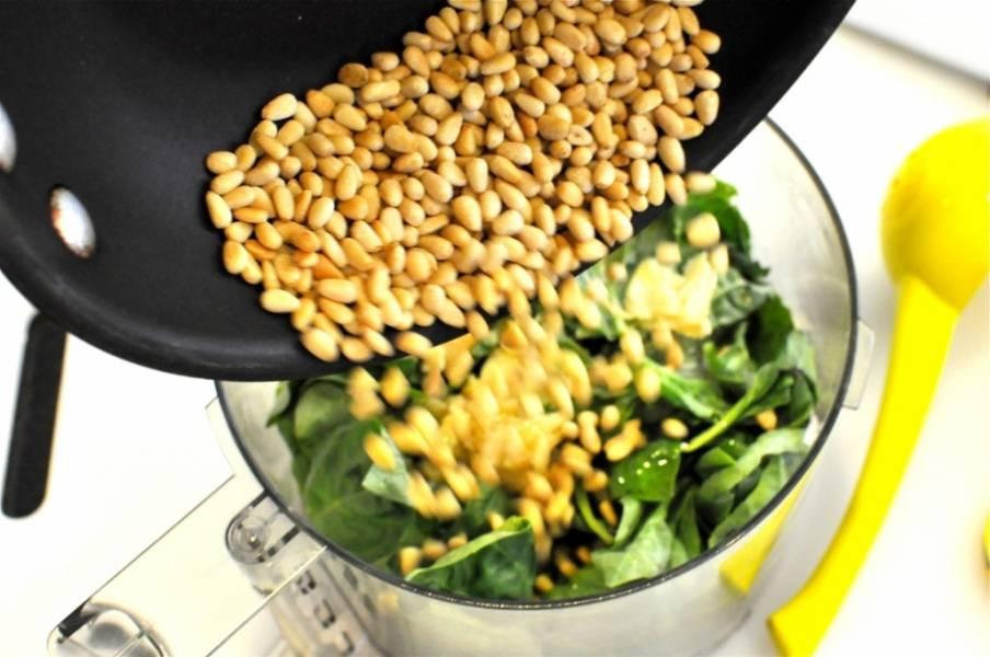 8. Переложите в чашу орешки.