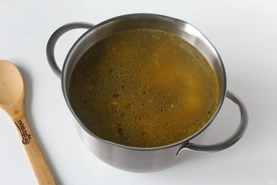 Добавьте все ингредиенты, любимые специи по вкусу, отрегулируйте на соль и варите до полной готовности риса и картофеля.