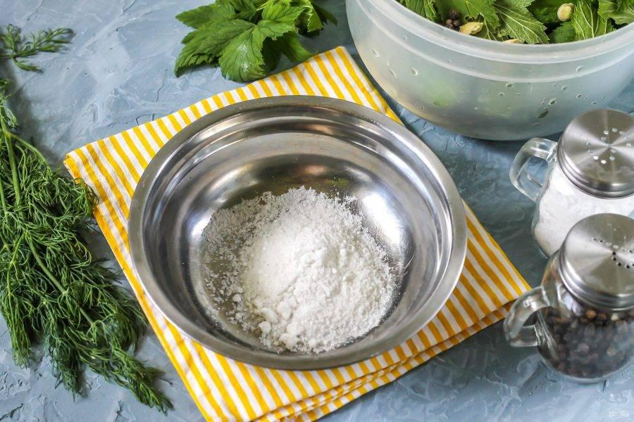 Растворите соль в холодной воде, таким образом вы приготовите рассол.