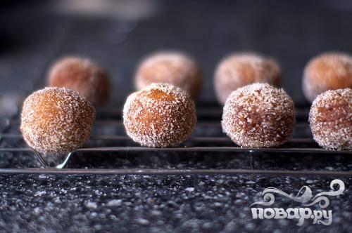 3. Высушить пончики на бумажных полотенцах. Окунуть в приготовленную глазурь или посыпку и сразу подавать.