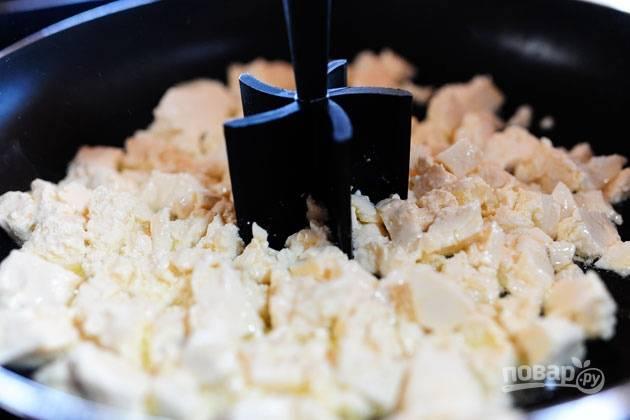 1. Измельчите тофу при помощи блендера.