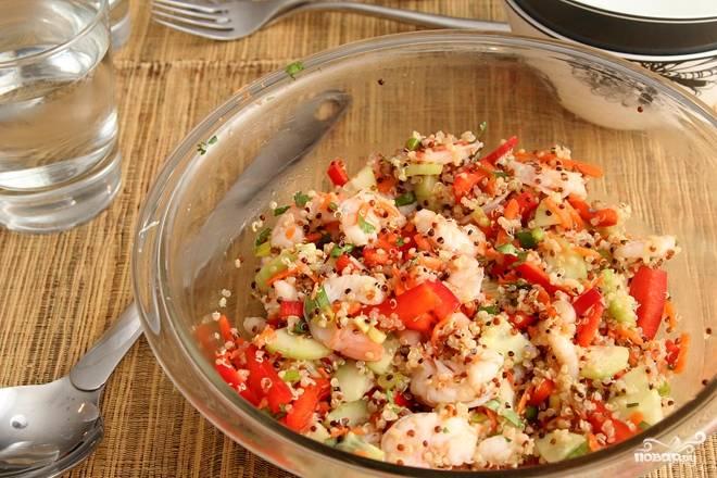4. В глубокой мисочке соедините все ингредиенты салата и аккуратно перемешайте. Полейте заправкой.