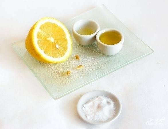 3. Лимон моем, выдавливаем из него сок, добавляем оливковое масло, добавляем специи по вкусу. Заливаем полученным соусом креветки с ананасами. Натираем сыр на мелкой терке.