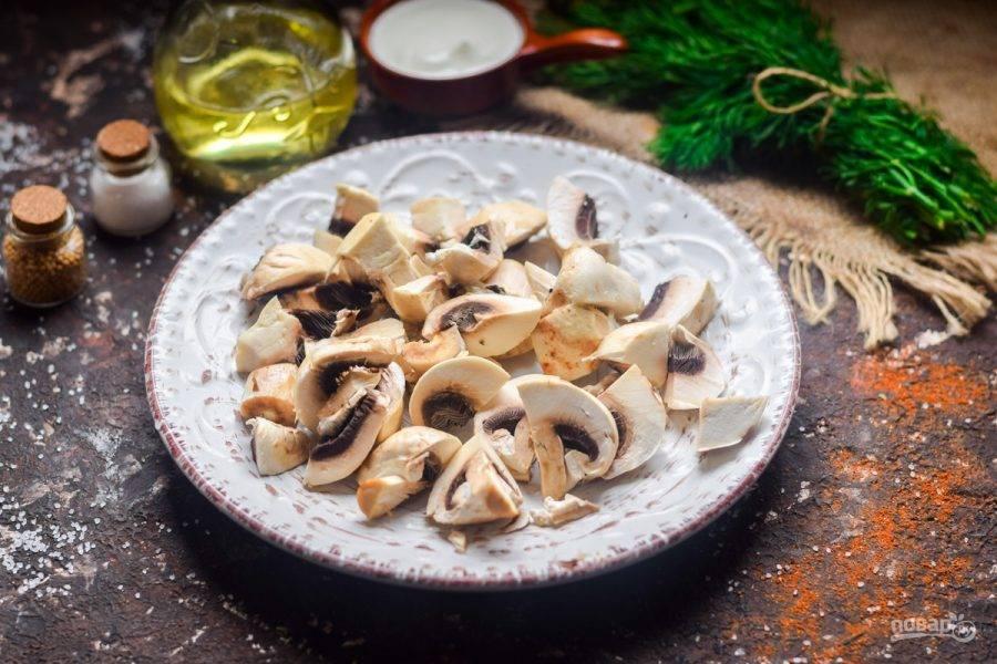 Грибы промойте и просушите, нарежьте крупными кусочками. Прогрейте сковороду, влейте масло. Переложите грибы в сковороду, жарьте несколько минут. После грибы остудите.