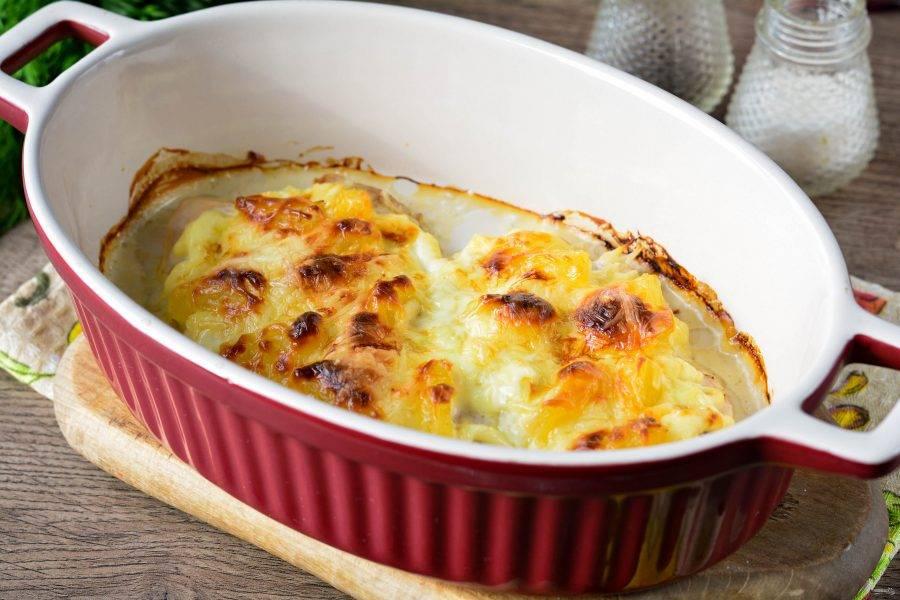 Запекайте курицу в духовке при температуре 180 градусов примерно 20-25 минут, пока не подрумянится.