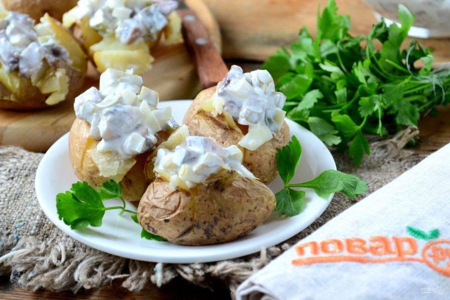 Вот и все! Печеный картофель с селедочным соусом готов! Кушать его можно прямо с кожурой – это очень вкусно! Приятного аппетита!