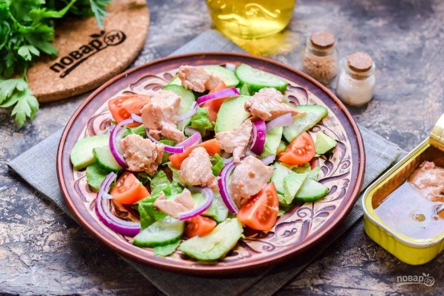 Выложите в салат кусочки печени трески, заправьте по вкусу и подавайте сразу к столу.