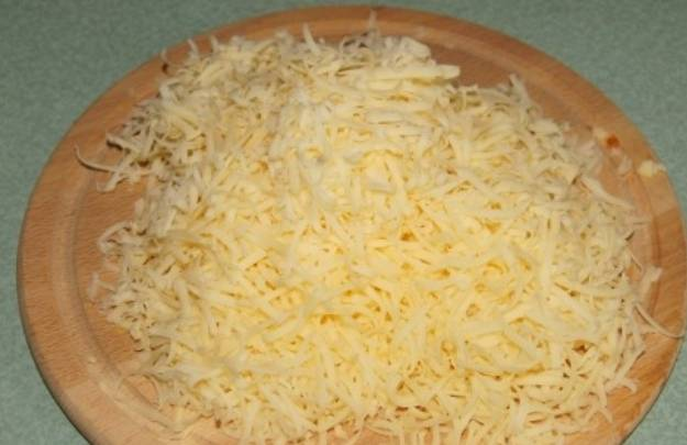 На мелкой терке натрите сыр.