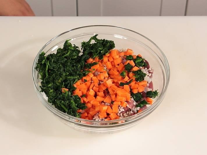 Добавьте шпинат, порезанную морковь.