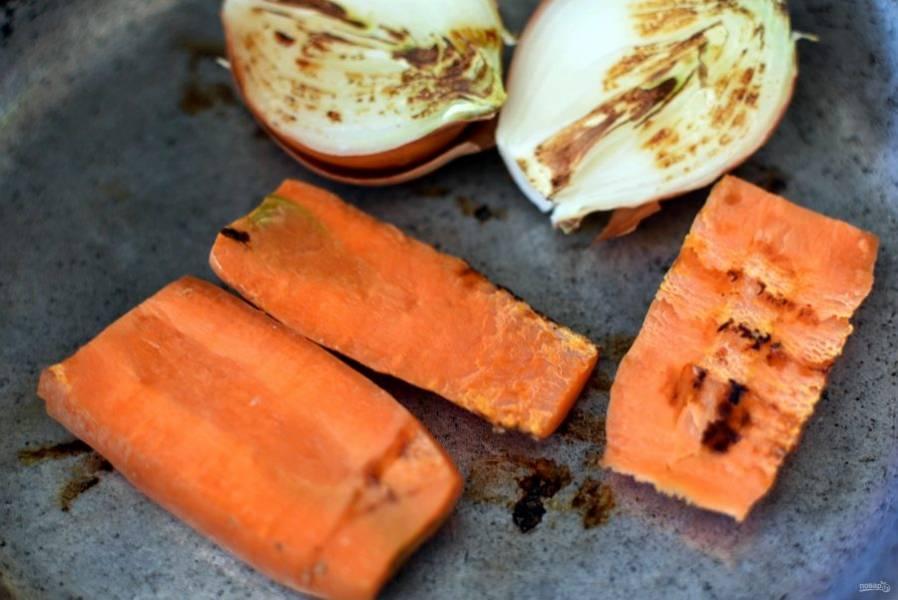 За это время подпеките на сухой сковороде до подпалин разрезанную пополам луковицу и морковь, разрезанную вдоль на четыре части. Шелуху с луковицы снимите только верхнюю, внутреннюю оставьте.
