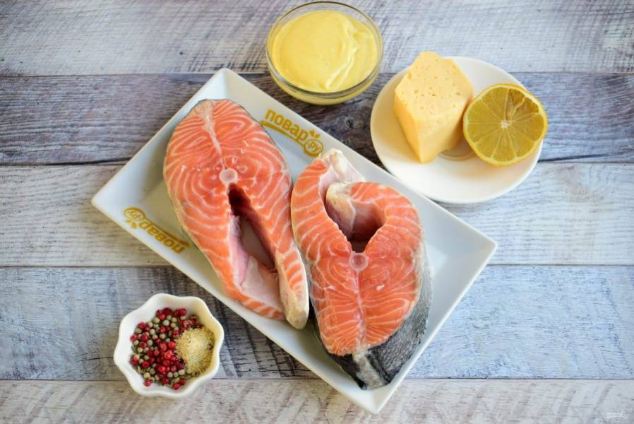 Очищенные от чешуи стейки лосося вымойте, обсушите.