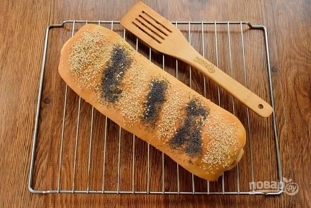 Поставьте кулебяку запекаться в разогретую до 180 °С духовку на 45-55 минут. Ориентируйтесь по своей духовке. Затем остудите на решетке.