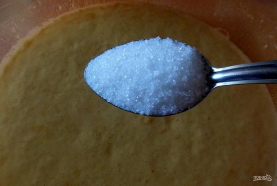 В готовую опару добавьте сахар и соль.