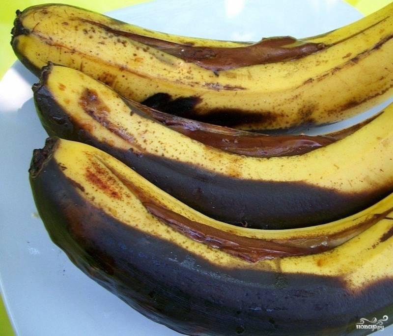 4.Пусть черная кожура вас не смущает, внутри начинка сладкая. Есть десерт удобнее ложкой, раскрыв кожуру. Так вы сможете почувствовать сладость фрукта и шоколада.