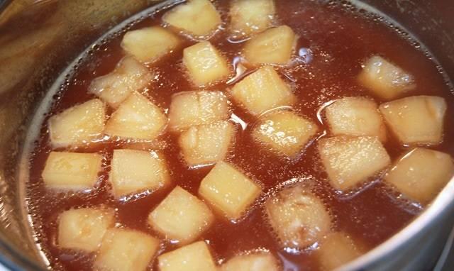 6. В кастрюлю отправить консервированные ананасы вместе с соком. Добавить соевый соус и щепотку сахара. Проварить на медленном огне минут 5.