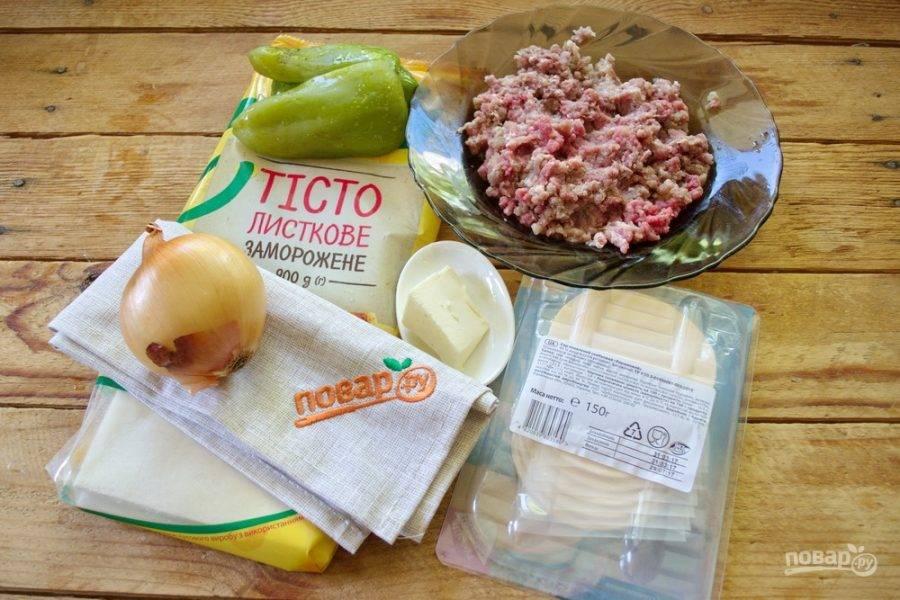 Для приготовления пирога нам нужно взять слоеное тесто, фарш мясной, лук репчатый, болгарский перец, специи к мясу на ваш выбор, сыр по типу моцареллы или твердый сыр, сливочное и растительное масло.