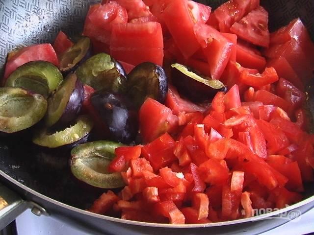 Болгарский перец, помидоры и сливы нарезаем небольшими кусочками и тушим на маленьком огне на сливочном масле.