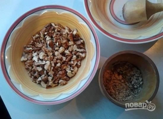 Когда говядина уже практически готова, можно приступать к дальнейшим процессам. Очистим орехи, затем измельчим их в ступке.